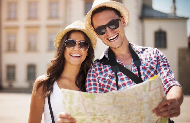 modelo 179 pareja joven turistas