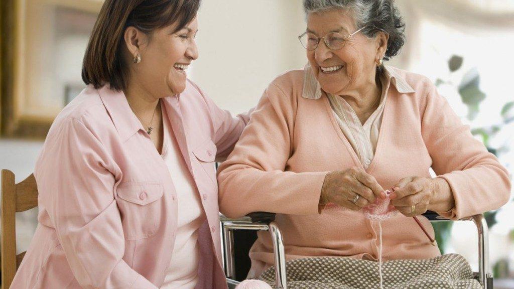 modelo de atención centrada en la persona cuadernos prácticos anciana mujer joven