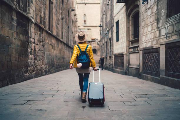 modelo ex03 joven llegando al extranjero